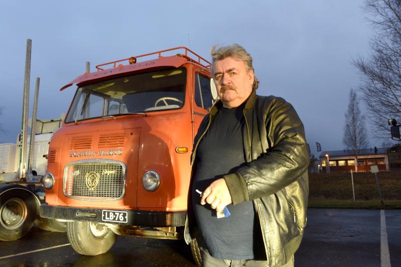 Tällaisella autolla Tommi Tapaninen, 71, aloitti rekkamiesuransa yli 8 miljoonaa kilometriä sitten.