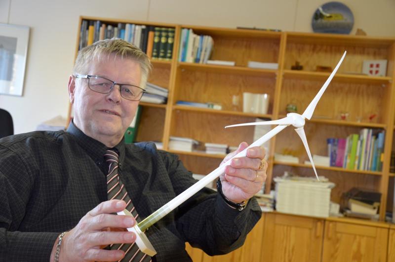Tällaisia myllyjä. Kunnanjohtaja Esko Ahonen piteli käsissään tuulivoimalan pienoismallia seitsemän vuotta sitten. Nyt hanke on toteutumassa, ja ensimmäiset myllyt nousevat Lestijärvlle vuonna 2022. Alueen rakentaminen pyritään muilta osin aloittamaan jo tämän vuoden aikana.