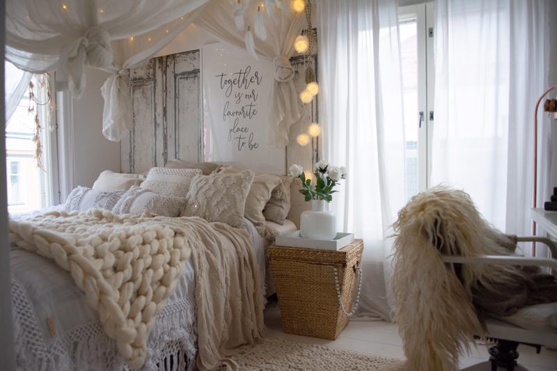 Kaunis makuuhuone on keittiön vieressä. Strengell pitää sisustuksessa luonnonmukaisesta vaaleasta.