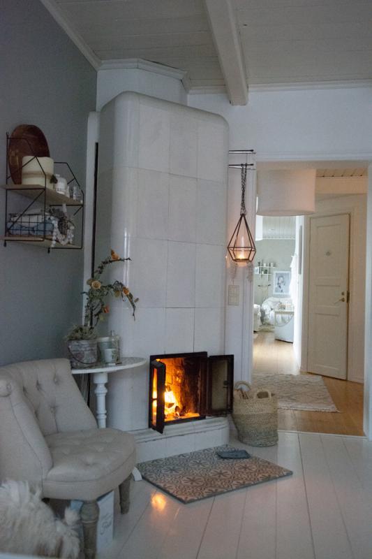 -Mielipaikkani kotona on keittiö. Tykkään varsinkin siellä olevasta takasta, johon voi talviaamuisin laittaa tulet samalla kun keittää kahvit.