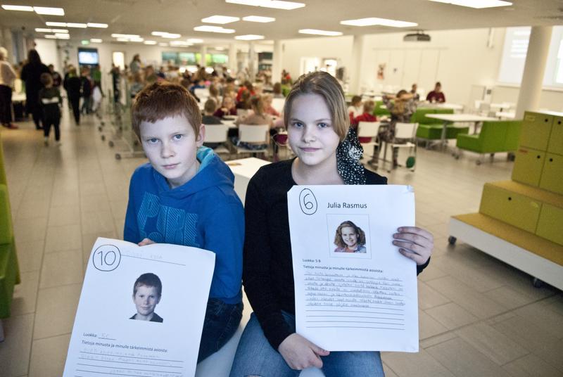 Julia Rasmus ja Onni Kola esittelevät vaalimainoksiaan. Torkinmäen koulussa vaaleihin asettui ehdolle kaksitoista oppilasta.