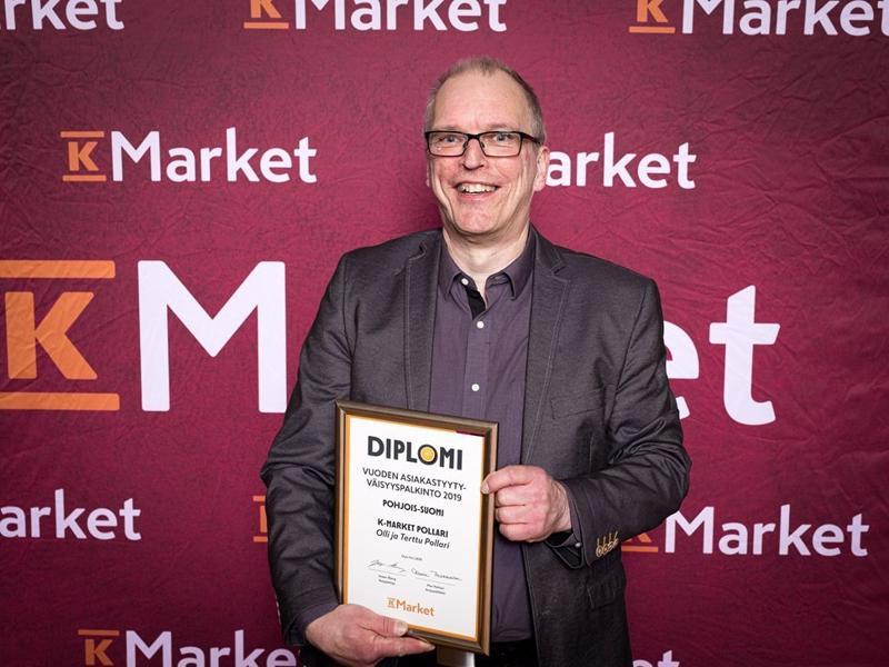 Palkinto asiakkailta. Kauppias Olli Pollari kävi pokkaamassa diplomin Oulussa.