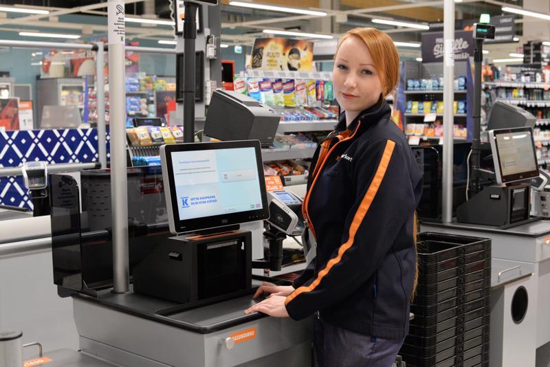 Katri Laitila työskentelee Haapajärven K-Supermarketissa. Palkitut kauppiaat ovat panostaneet henkilökunnan hyvinvointiin ja osaamiseen.