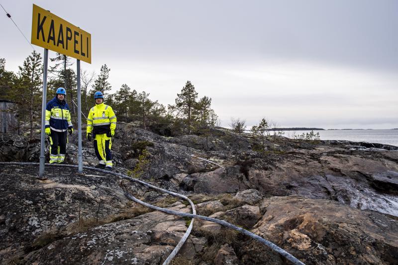 Tankarin majakkasaarelle sähkö menee merikaapelia pitkin, joka lähtee mantereelta Öjasta, entisen merivartioaseman luota. Torstaina keskiviikkona alkaneen Tankarin sähkökatkon syytä olivat tutkimassa Kokkolan Energian sähkö- ja automaatioasentaja Markku Dahlgren ja sähköasema-asentaja Risto Ekdahl.