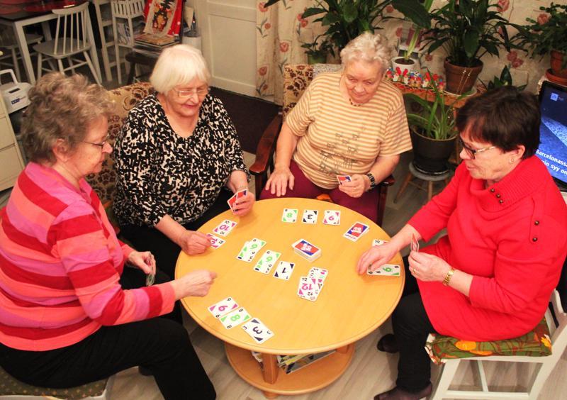 Skip-Bo- pelissä ilta vierähtää huomaamatta, yhdessä pelissä pari-kolmekin tuntia. Vasemmalta Rauha Rytilä, Sirkka Huovila, Eila Leppävuori ja Alli Mehtälä.