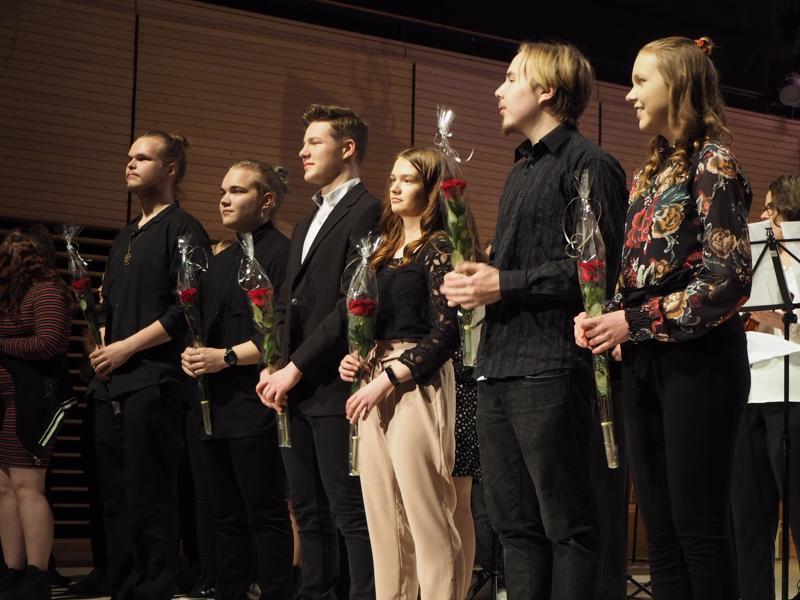 Konsertin säveltäjät Touko Kentala (vas.,) Elmeri Myllymäki, Leevi Louhula, Jenniina Ylikopsa, Lasarus Blomster ja Tiina Ahola kukituksessa.