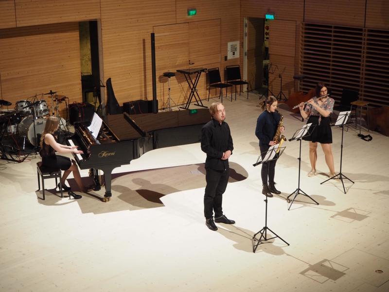 Hanna Kentala, piano, Lasarus Blomster, laulu, Laura Sneck, saksofoni ja Panni Sandor, huilu esittivät Myöhäisillan tanssin.