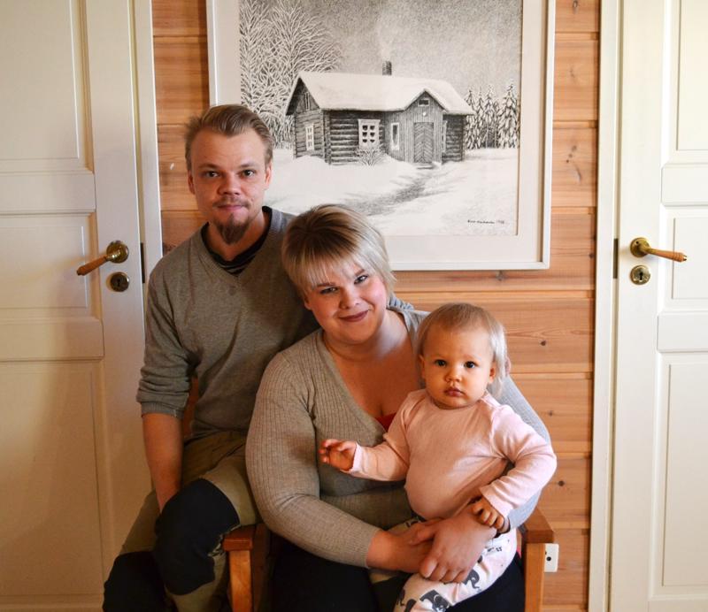 Tero ja Elina Hellénin Pikku-Isla tytär pitää myös kovasti eläimistä, kenties hänestä kasvaa seuraava sukutilan yrittäjä.