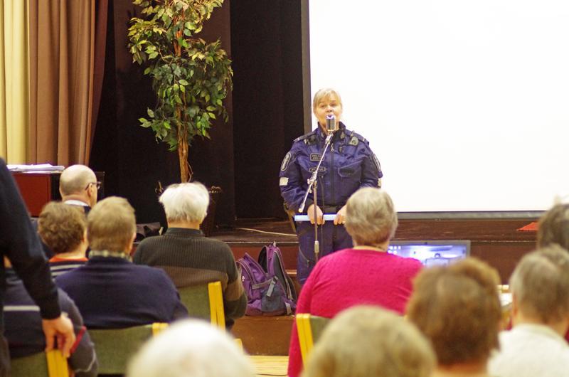 Vanhempi konstaapeli Sinikka Seppälä jakoi yleisölle neuvoja ja kehotti varovaisuuteen.