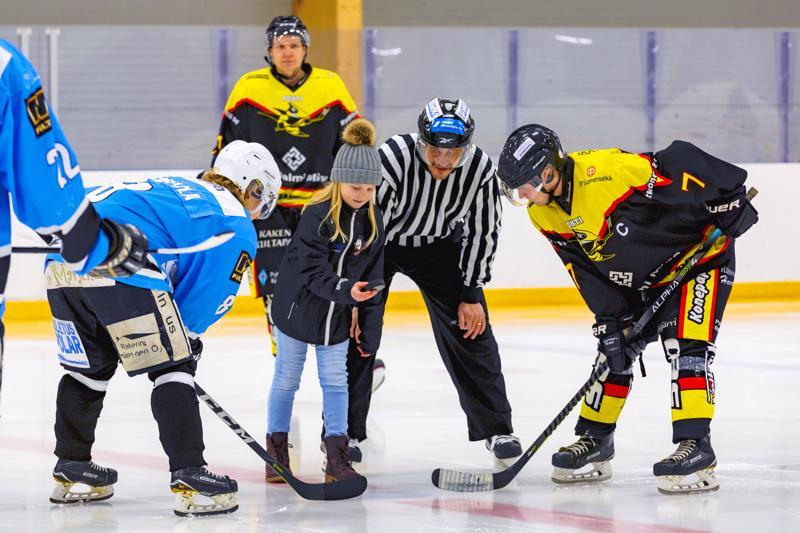 Otteluisännän nimissä aloituskiekon kävi pudottamassa Minea Lehtola.