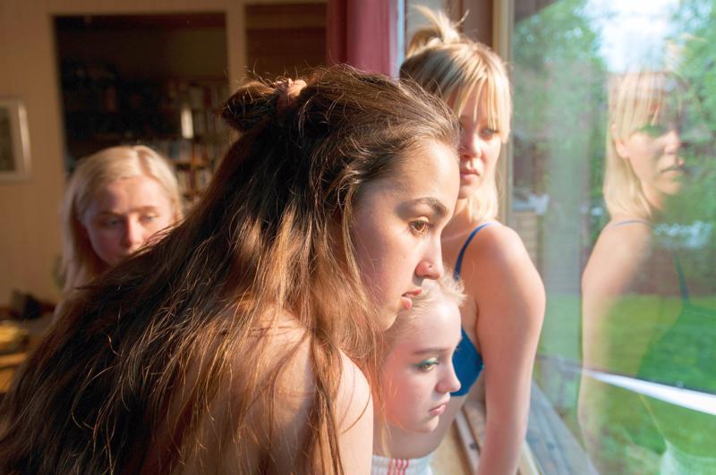 Yksittäistapauksen lyhytelokuvassa Tyttöbileet Anna Kare, Yasmin Najjar, Elsa Marjanen ja Alisa Röyttä ikkunan takana.