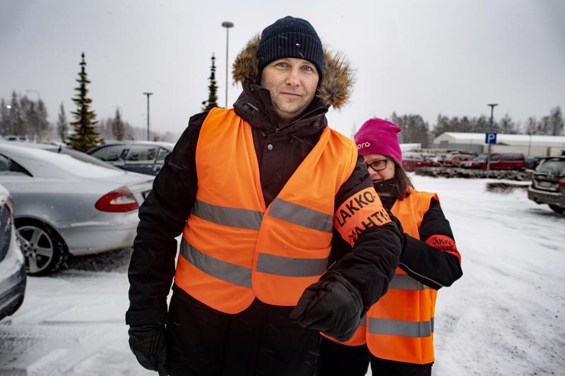 Ammattiliitto Pron UPM:n pääluottamusmies Terhi Leivo-Holmqvist kiinnitti lakkovahtinauhan Pron BillerudKorsnäsin pääluottamusmiehen Rami Pitkäsen käsivarteen.