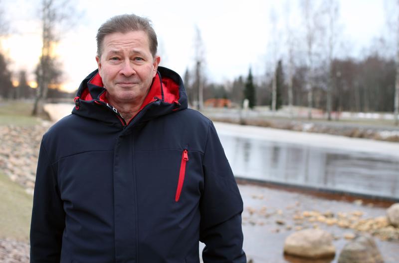 Markku Räisälä sairastui Parkinsonin tautiin vuonna 1997. Hän teki töitä vuoteen 2010 asti, mutta joutui sitten jäämään työkyvyttömyyseläkkeelle. Nykyään hän vetää Kokkolan seudun Parkinson-kerhoa.