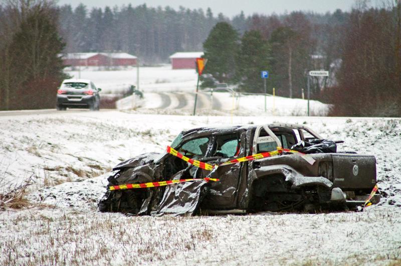 Kajaanin suunnasta tullut henkilöauto vaurioitui korjauskelvottomaksi ja suistui törmäyksen jälkeen pellolle maanantaina 20. tammikuuta Nivalassa.