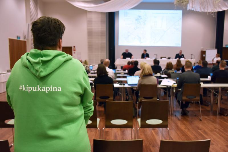 Kokkokankaan kaavaa vastustava valtuutettu Jenni Ekoluoma sinnitteli valtuuston kokouksessa autokolarin jäljiltä kipeänä.
