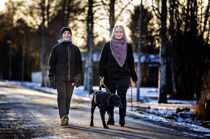 Minna Korpela muutti kolmen poikansa kanssa Kalajoelle viime vuonna. Rico-koiraa lenkittää hänen kanssaan Roni.