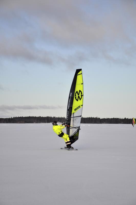 Kelkka kulkee. Ohut lumipeite sopii luistinkelkalle, näyttää Feodor Gurvits.