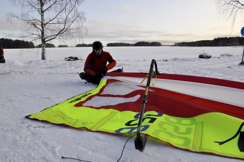 Valmistelua. Hollantilainen Steven Janssens pääsi ensimmäisen kerran kokeilemaan jäällä surffaamista Lestijärvellä.