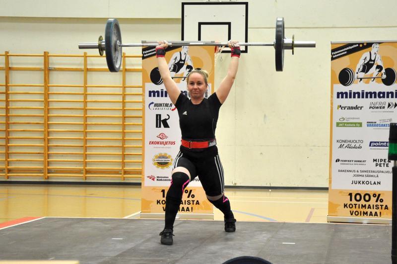 Hyvin nousee. Lohtajan Veikkojen Riikka Nissilä nosti hopealle 71 kilon sarjassa ennätystuloksillaan.
