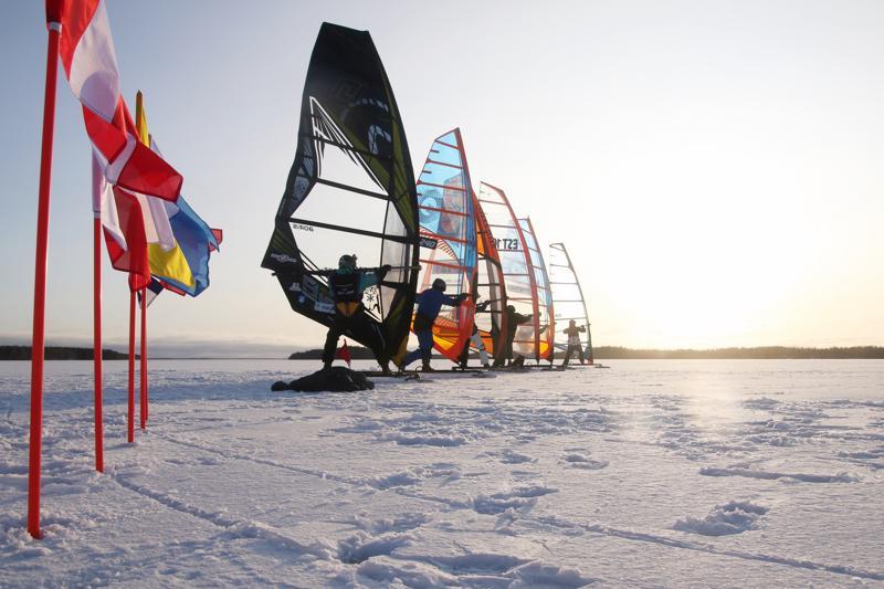 Valmiina. Virolaiset kisajärjestäjät pitivät Lestijärven jää- ja tuuliolosuhteita hyvinä ja tilaakin olisi kahdelle radalle, testaajat arvelivat viikonloppuna.