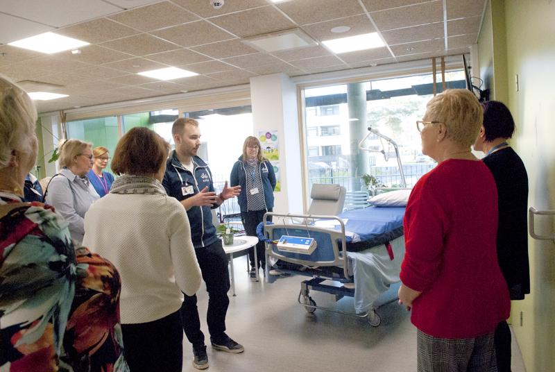 Jani Niemonen kotisairaalasta esittelee painepatjaa Lions Club Kälviä Lucinoille.