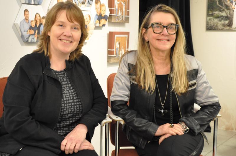 Anu Sundell (vas.) ja Anne Yrjänä sanovat, että yrittäjyys on pakottanut jatkuvaan kouluttautumiseen ja käyttämään itseään monipuolisesti. – Joskus kuvausassistenttina joutuu heittäytymään jopa sillä uhalla, että nolaa itsensä.