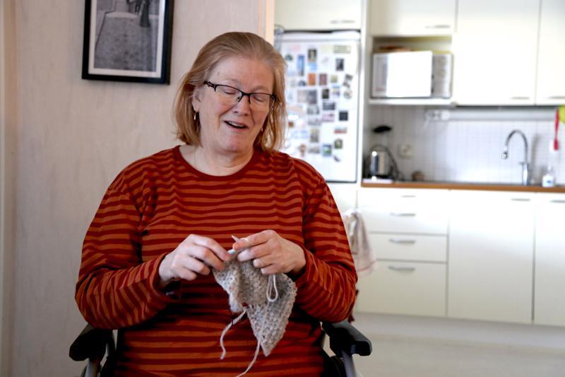 Käsityöt ovat Irja Kaunistolle sekä työ että harrastus. Nilkan murtuminen marraskuussa istutti Irjan pyörätuoliin, joten neuletöitä on syntynyt runsaasti. Nyt puikoilla on huivi.