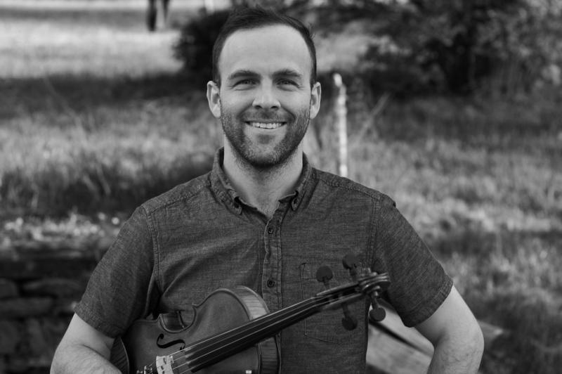 Joseph Decosimon instrumentteja ovat viulu ja banjo.