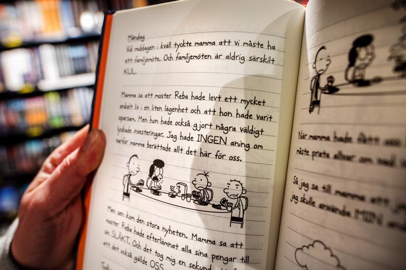 Kokkolan yläkoulun kielikylvyssä kirjat, oppimateriaalit ja tehtävät ovat ruotsinkielisiä, mutta opetus tapahtuu suomen kielellä.