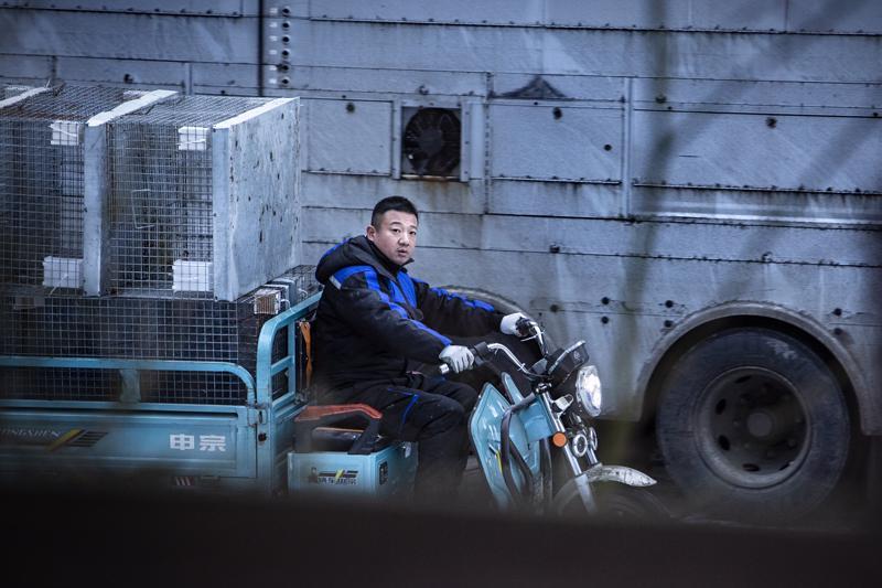 –Tosiasia on, että minäkin turkistarhaajana kärsin alhaisesta hintatasosta samalla tavalla kuin he, sanoo kettutarhaaja Pan Jianping.