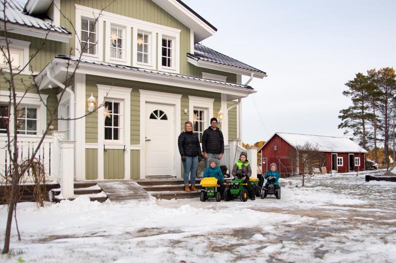 Karhulan perhe asuu jo yhdeksättä vuotta Karhissa Juhanin isovanhempien entisessä talossa. Perheeseen kuuluu pojat Niilo, 5, Ossi, 7, ja Aaro, 2.