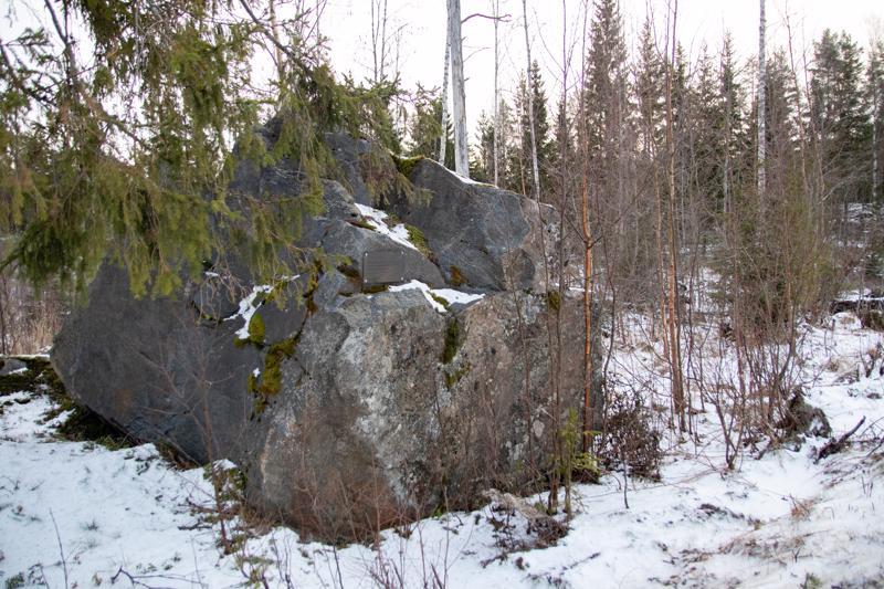 Kasakkakivi löytyy tien 7715 varrelta, läheltä Karhin kylttiä.