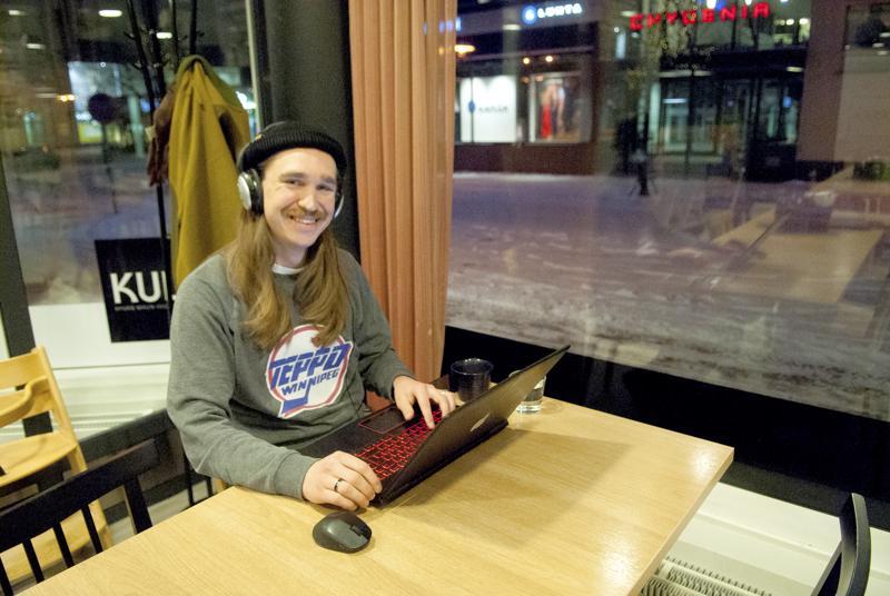Kulma-kahvilassa usein työskentelevä muusikko Viktori Pesonen muutti Kokkolaan Espoosta puolitoista vuotta sitten. – Kyllästyin pääkaupunkiseutuun. Kokkolassa viihdyn, ja ainut huono puoli on, että asun niin kaukana perheestäni, joista suurin osa asuu Etelä-Suomessa. Onneksi Kokkolassa asuu paljon ystäviä.
