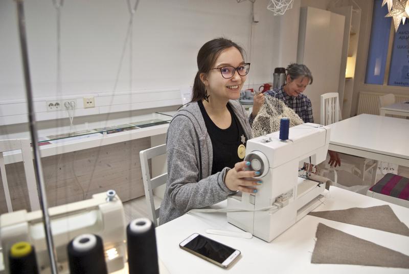 Käsityöohjaaja Anu Timonen toivoo, että saumureille ja ompelukoneille riittäisi käyttäjiä käsityökahvilassa. Taustalla Katja Saalop.