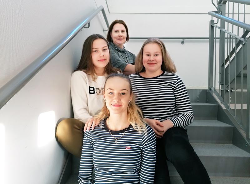 Nuorisovaltuustoon kuuluvat Martta Rahkola, Nathalie Sinkkonen ja Viiva Hautala toivovat saavansa oman pöydän valtuustosalista. Takana istuva nuoriso-ohjaaja Niina Juola komppaa.