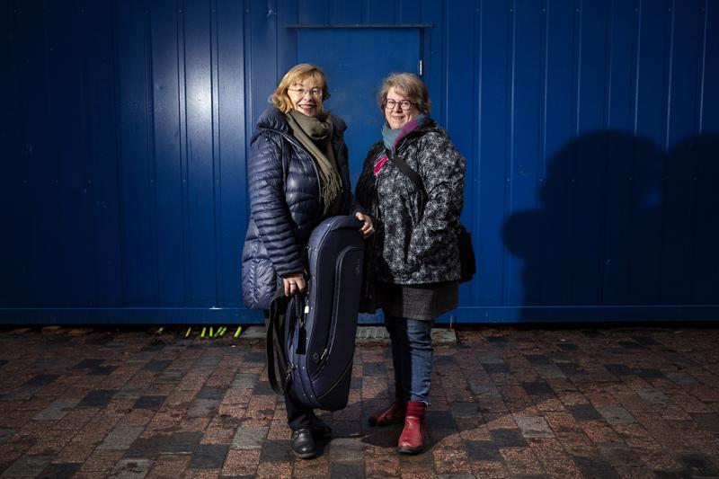 Kaija Saarikettu (vas.) ja Keski-Pohjanmaan Kamariorkesterin viulisti Maria Pulakka kertoivat Kaustisen kamarimusiikkiviikon ohjelmasta marraskuussa.