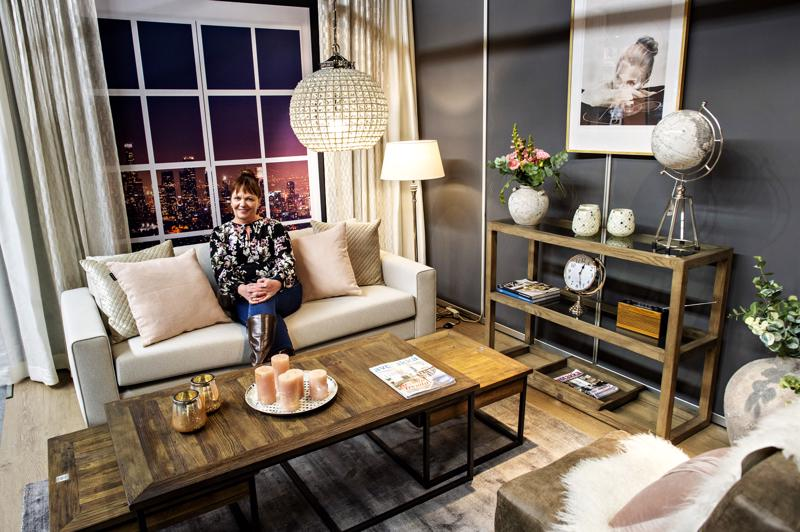 Sirkka-Liisa Kinnunen suunnitteli vuosi sitten Ylivieskan RSA-messuille olohuoneen, jonka kävijät äänestivät kauneimmaksi. Hennon vaaleanpunainen toimii tänä vuonnakin ja uutena värinä sisustukseen on tulossa keltainen.