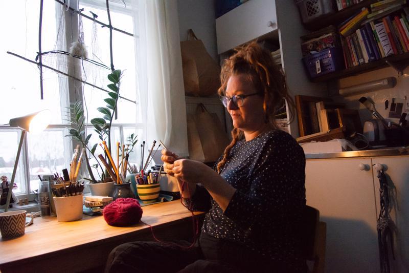 Minttu Nikula istahtaa työhuoneensa tuolille silloin, kun kiire ei paina. Niinpä hänet löytää sieltä varsinkin lauantaiaamuisin kahvikupin kera.