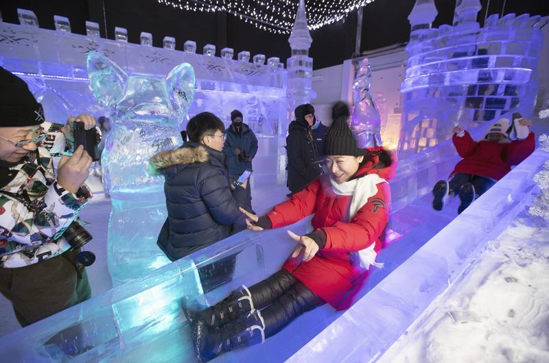 Kemin lumilinnan ympärivuotisessa elämystilassa on jääliukumäki, joka on osoittautunut hyvin suosituksi.