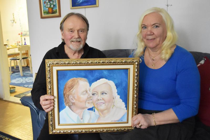 Kari ja Anna-Liisa Tuovila tuumivat, että 52 avioliittovuoden aikana on tultu jo aika tutuiksi. Maalauksen on tehnyt parin tytär Marjo, mallina vanhempiensa 30-vuotishääpäivän valokuva.