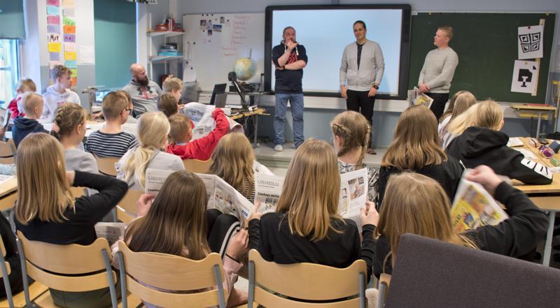 Nivala-lehden väki, Risto Puolimatka (vas.), Eetu Kupulisoja ja Antti Leinonen, sai vastata Haikaran koululaisten välillä tiukkoihin kysymyksiin.