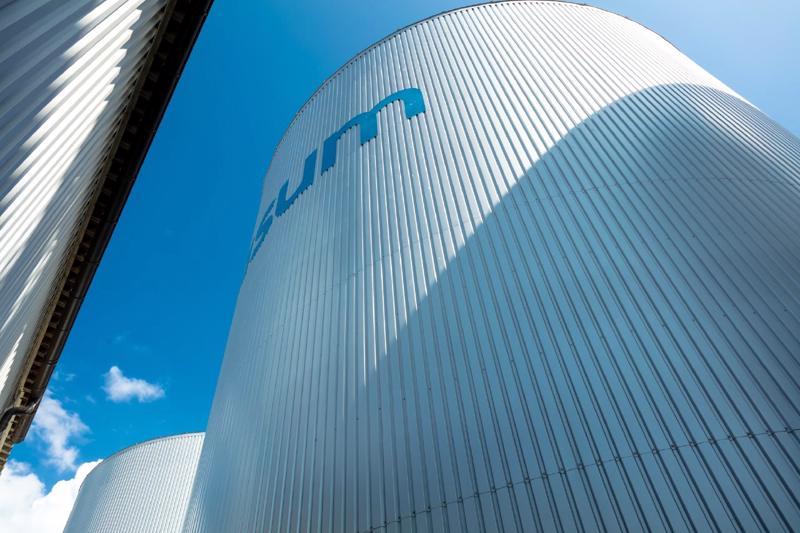 Nivalaan suunnitteilla olevan biokaasulaitoksen kokonaishinta olisi joitakin kymmeniä miljoonia euroja. Laitoksen rakentaminen veisi pari vuotta.