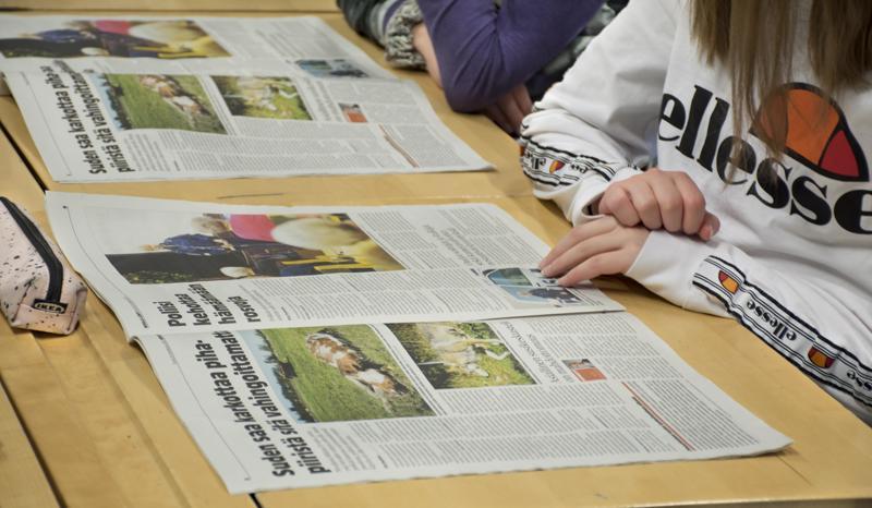 Koululaiset saivat samalla selata lehteä, kun kuuntelivat lehden teosta.