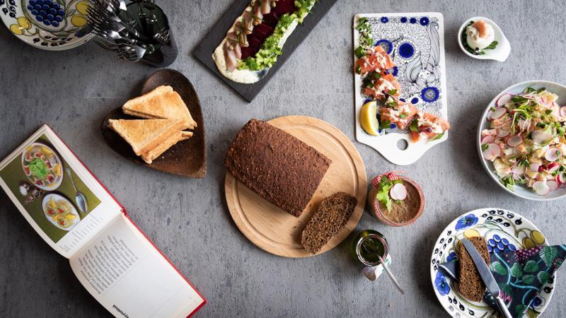 Voileipäpöytään 60-luvun tapaan kasataan tarjolle kattaus kalaisia herkkuja sekä itse tehtyä maksapasteijaa.