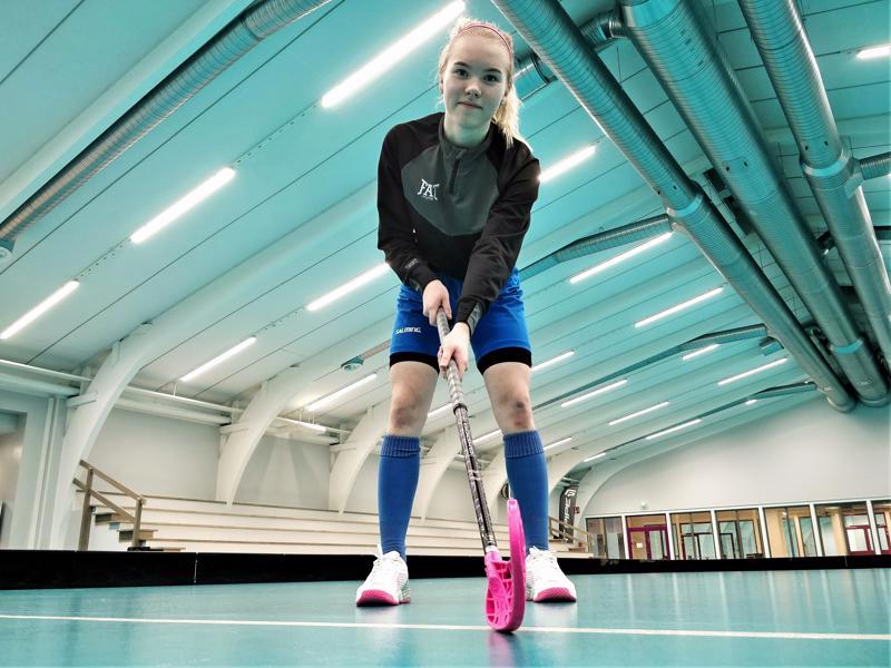Oona Niva pelaa salibandya seitsemättä vuotta.  Opiskelu  lukion salibandylinjalla tuo kaksi treenituntia lisää viikkoon.