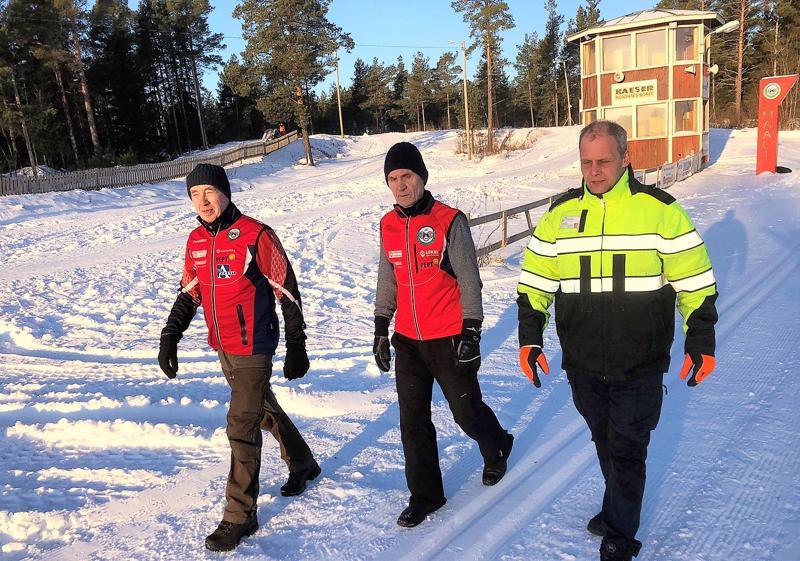 Torstaina oli talviliikkujan unelmasää. IF Brahen Yngve Sandström ja Håkan Holmqvist ja Alerten Matias Knuts ovat tyytyväisiä kisaladun kuntoon.
