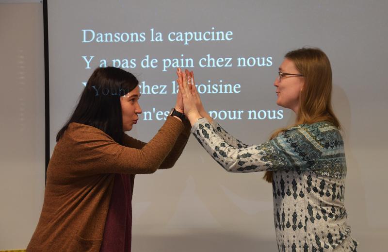 Saara Pouke ja Heljä Hietala tekevät tutuksi ranskan ja venäjän kieliä. Kuvassa he opettavat ranskankielistä laululeikkiä taputtamalla oppilaille.