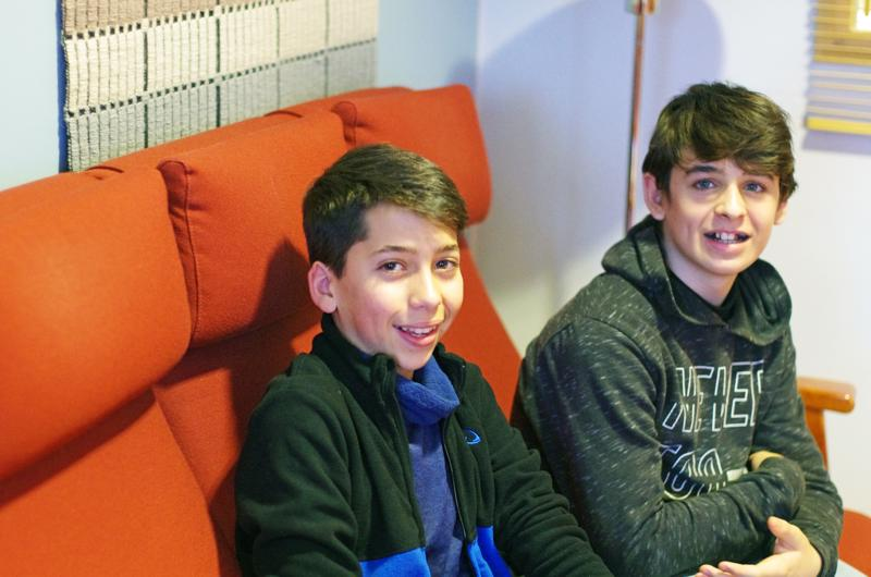 Alicantelaiset Mario Serra ja Boyan Fernandez kokivat yllätyksiä, joita toivat suomalainen ruoka ja koulun arkielämä.