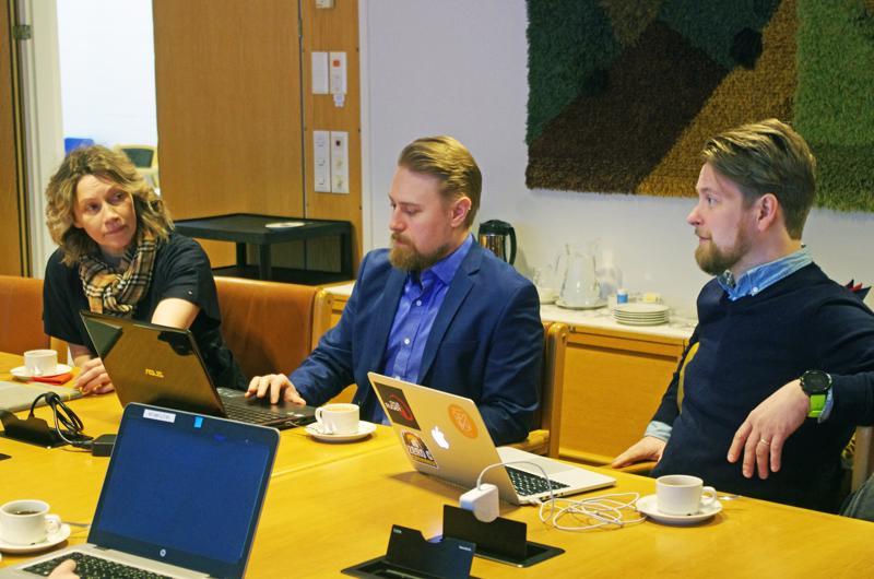 Kaupunginjohtaja Päivi Karikumpu sekä Várrin markkinointitoimistosta Sakari Kitunen ja Ville Husa.