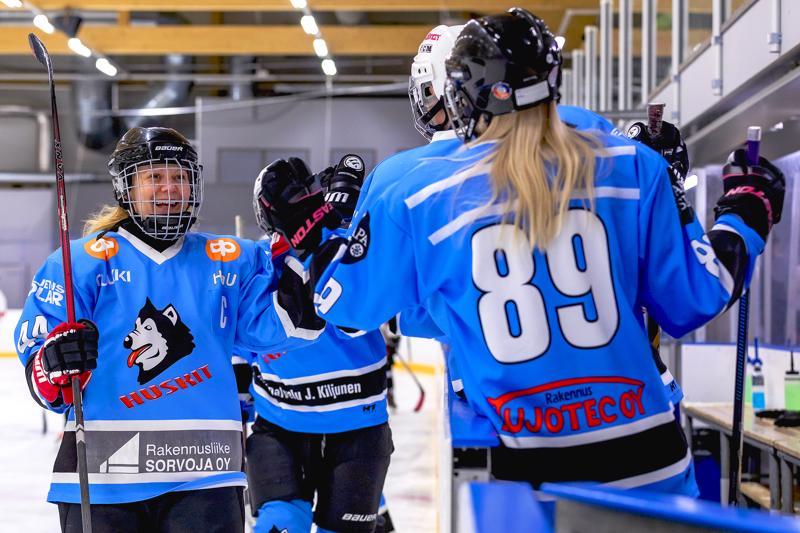 Huski-naisten kapteeni Tanja Lehtola tuulettaa kauden ensimmäistä maalia yhdessä Henna Kurosen kanssa.